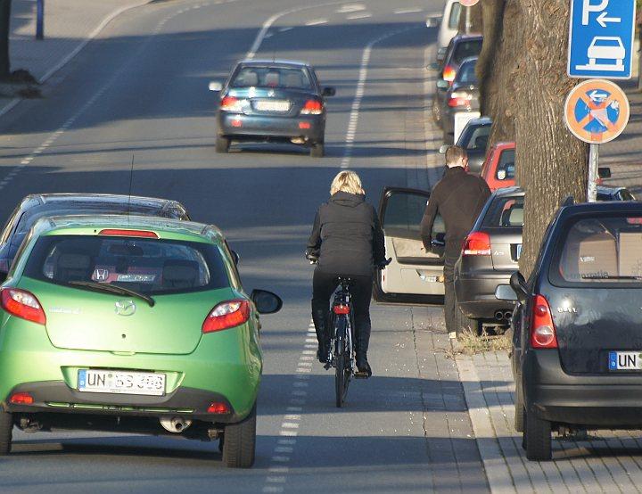 Radfahrer und Autofahrer halten diese Streifen oft für benutzungspflichtig. Ein gefährlicher Irrtum.